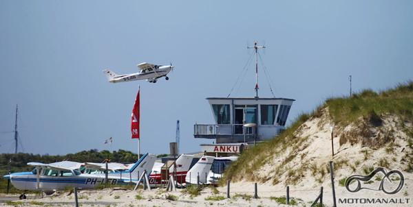 Mažiukas oro uostas kopose.