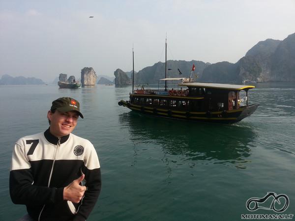 Ha long - kitas laivas su turistais