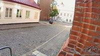 Prieš pat Lund'o hosteli (išeinų iš jo) priparkutoas moto, Švedija.