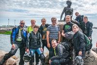 Moto atostogautojai prie Kopenhagos Undinėlės
