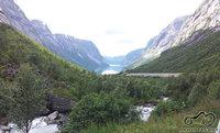 Ežeras tarp kalnų