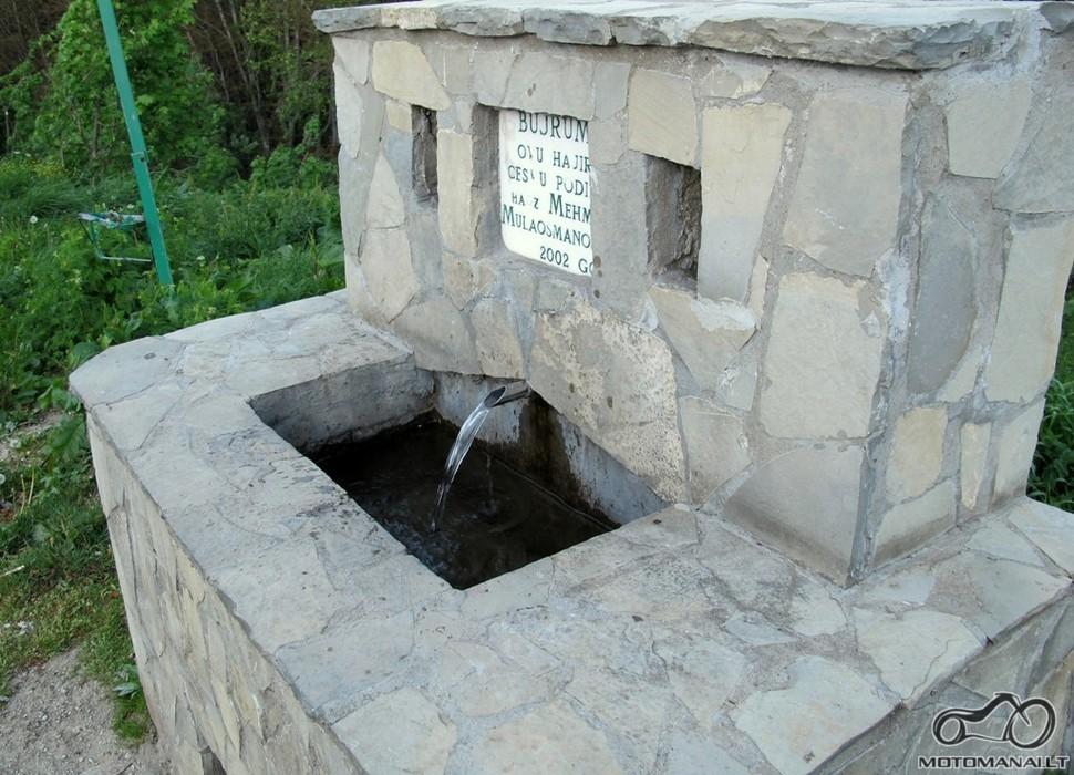 Šaltinio vanduo palei kelią