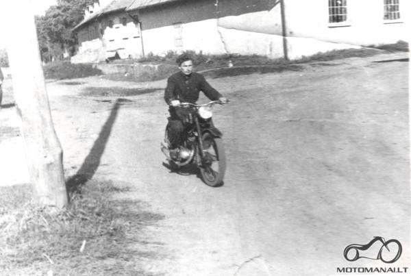Juozas Jurkevičius su motociklu Iž 49 Kybartai apie 1970 metus