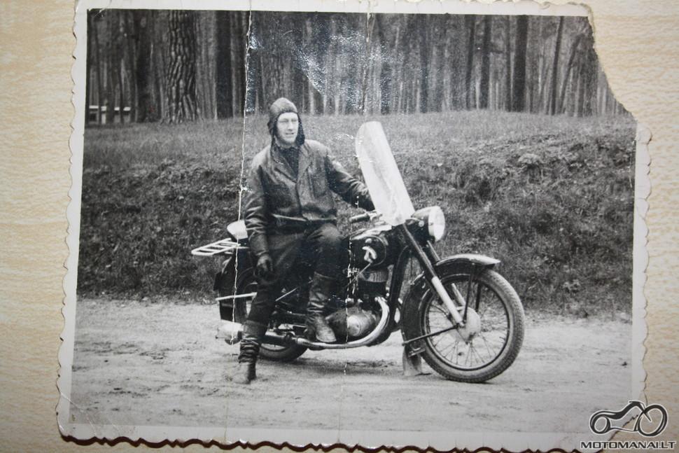Mano senelis irgi buvo baikeris . nezinau koks cia motociklas , manau kad nuotrauka daryta apie 1960 - 1970 metus .