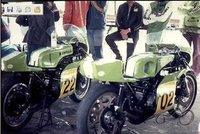 Atsakyta: Greg Hansford 1975 metais važiuoja su Kawasaki KR750