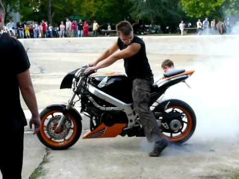 Honda VFR 750 streetfighter burnout