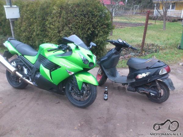 Motociklas stovi prie motorolerio arba prie kito motociklo, kurio išvaizda panaši į motorolerio, ant žemės puslitris 'Rinkuškių' alaus :S