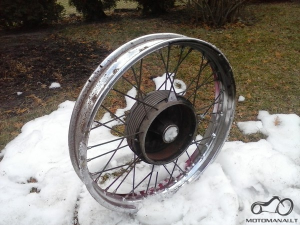moco priekinis ratas ir sniegas (laisva improvizacija)