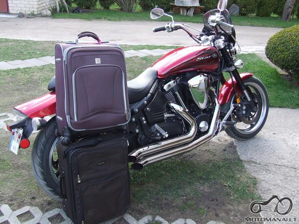 motociklas ir du kelioniniai lagaminai