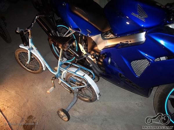 Motociklas ir dviratukas su pagalbiniais ratukais