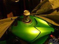 nealkoholinio alaus butelis ar skardinė ant motociklo bako (sauso įstatymo proga) :)