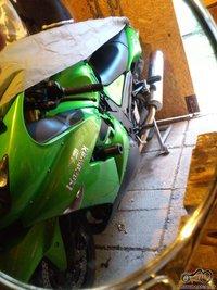 nuotraukoje turi būti veidrodis, o jame atsispindėti motociklas. Ne koks ratas, bakas, bet beveik visas motociklas.