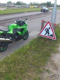 Motociklas prie kelio ženklo Nr.106 'Darbai kelyje'
