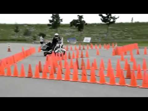 policjant przechodzi test kierowania motocyklem