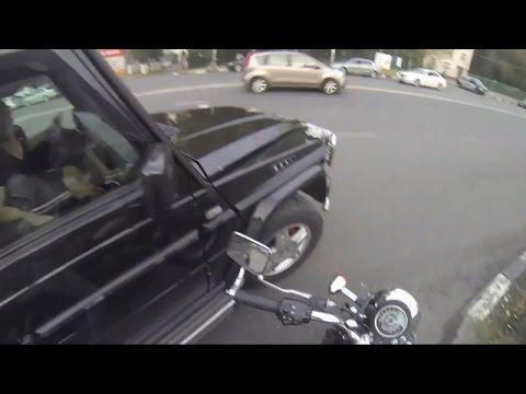 Неуловимая девчонка на мотоцикле против мусора