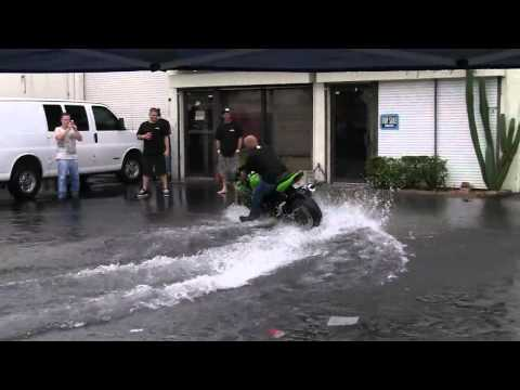 Стант в воде или как помыть мотоцикл нахаляву