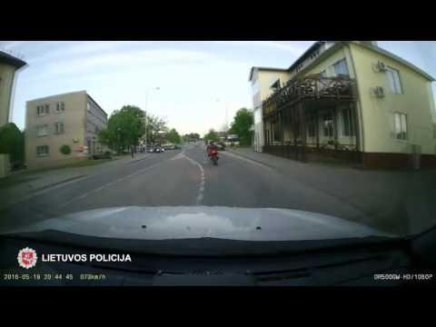 Motociklu nuo policijos sprukęs vaikinas kelionę baigė griovyje