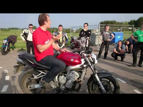 Praktiniai motociklizmo kursai: Taisyklinga sėdėsena ir pirmas pratimas